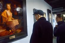 厦门大学三道美术馆魏传义老先生在《困惑》前